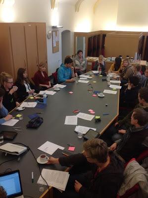 約20位馬斯垂克學生正在討論學校的永續路徑圖。 Source: Green Office Maastricht