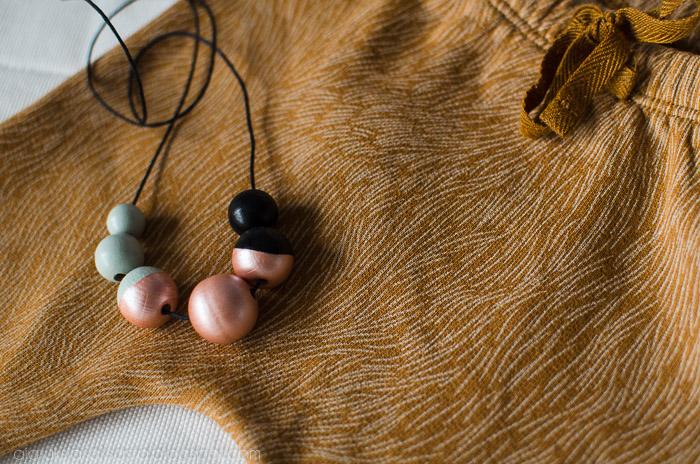 tinycottons housut, kaulakoru puuhelmistä