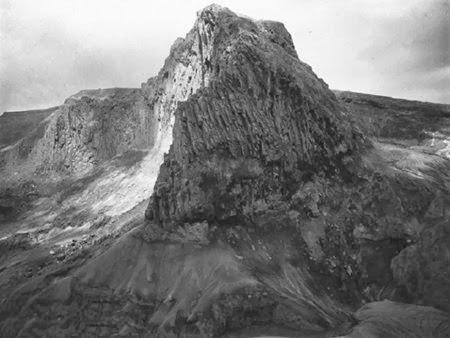 Kawah dinding Gunung Kelud tahun 1890.