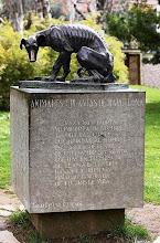 Monumento al perro abandonado,del zoológico de Barcelona. Por Aldomà Puig.