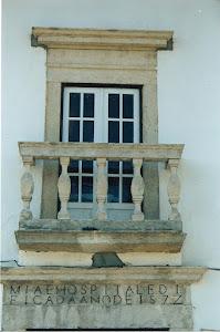 Varandim do alçado principal do antigo hospital da S. Casa da Misericórdia de Azinhaga do Ribatejo