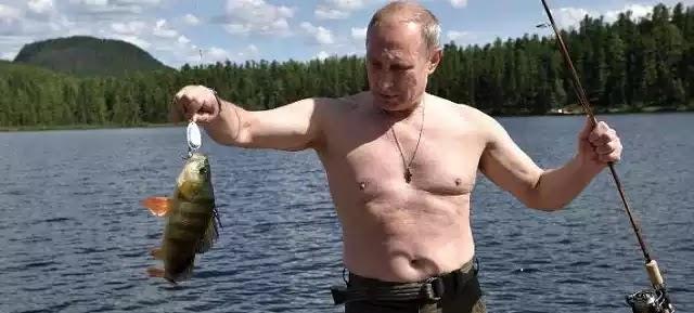 Ο Πούτιν σε νέες περιπέτειες: Ψάρεμα δίχως μπλούζα, πεζοπορία και κολύμπι στα κρύα νερά λίμνης στη Σιβηρία