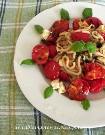 Spaghetti z pomidorkami koktajlowymi i serem feta