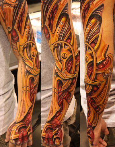 Brazo tatuado con biomecanico de color amarillo lleno de detalles de musculos realistas y piezas de metal