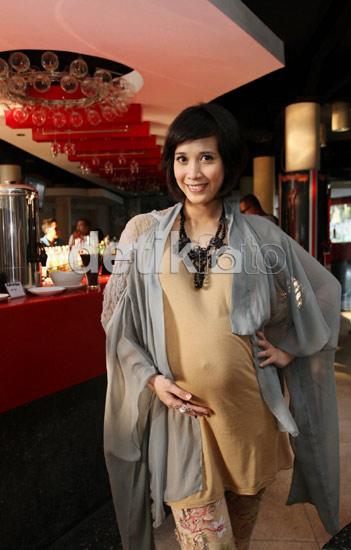 Foto Fanny bersama calon suaminya, Ahmad Zaky Badruddin di butik Fery ...