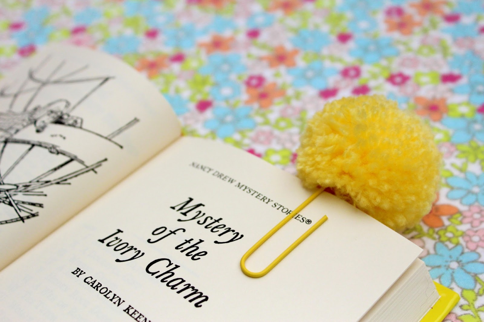 Raising up rubies blog paperclip pompom bookmarks - Manualidades con pompones ...