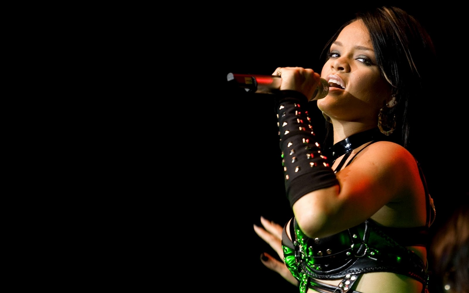 http://4.bp.blogspot.com/-BNMyaG7qGCk/TyabfuYrxmI/AAAAAAAAC2w/BptdgZqHF8I/s1600/Rihanna-Wallpapers-Widescreen-2.jpg