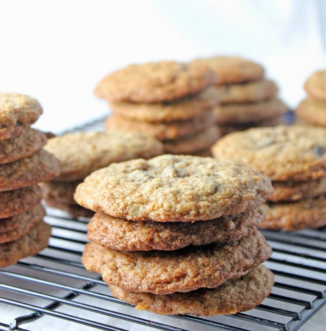 A healthy alternative to regular dessert with these whole wheat oatmeal chocolate chip cookies | Recipe by chelsa-bea.com #MyPicknSave #shop