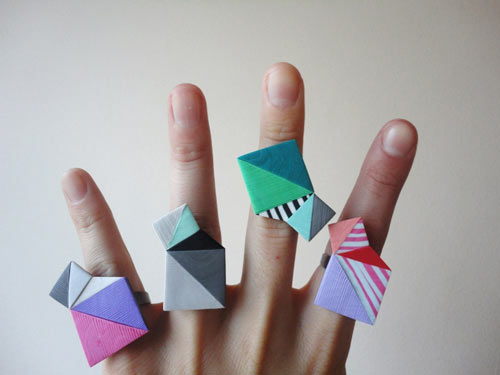 Anillos de colores con formas geometricas