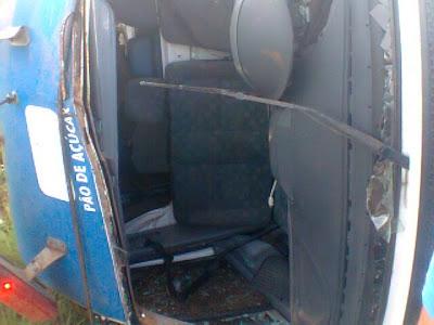 Ambulância capota e mata pai e filho na rodovia SE-175, em Ribeirópolis.
