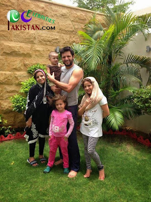 Shahid Afridi With Wife And Kids Pictures