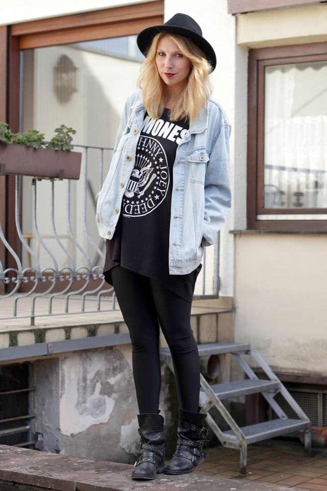 Fashionblogger Outfit Shirt Ramones Jeansjacke Glanzleggings Asos Hut