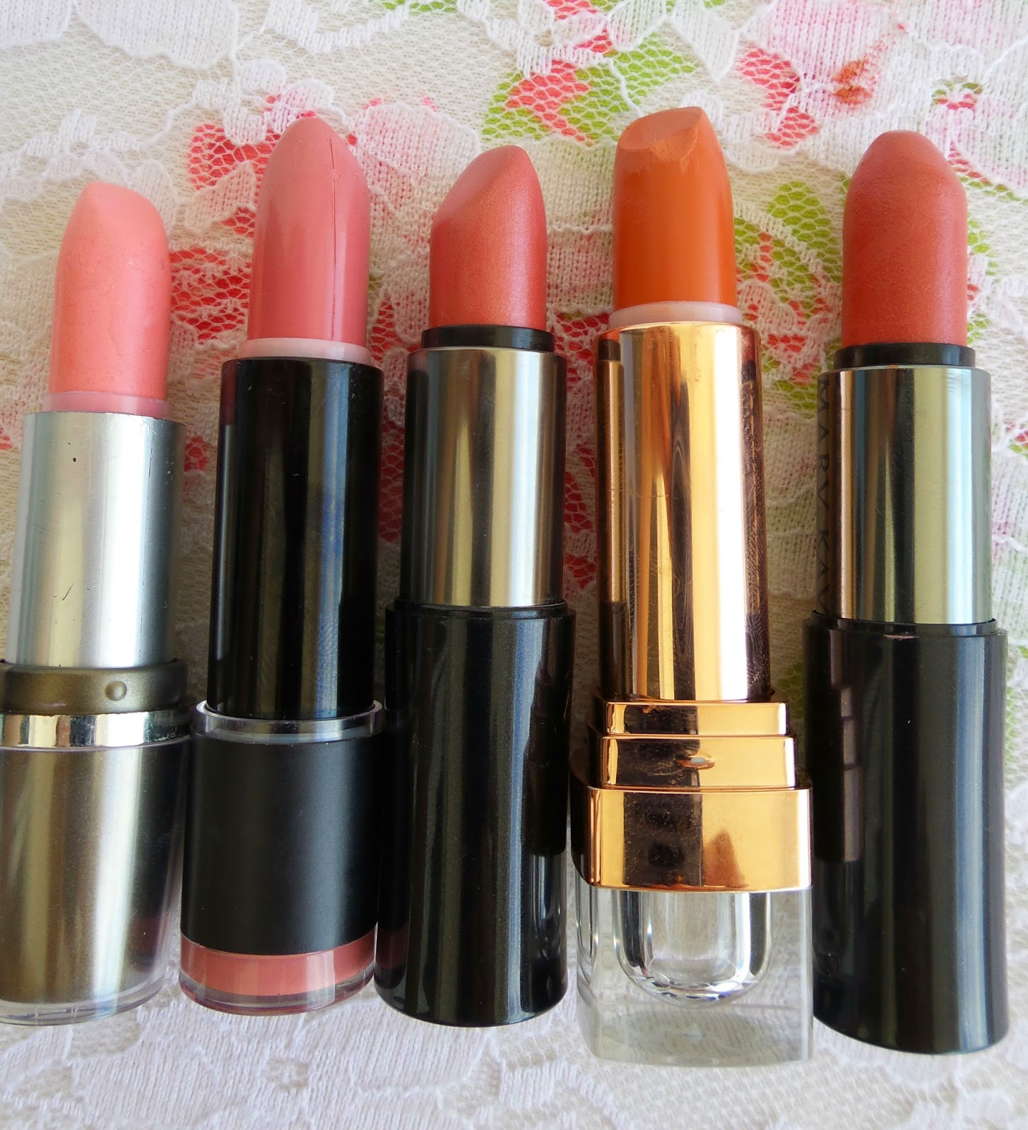 Batom Dailus: Pêssego,  Batom Impala: Pêssego Clássico, Mary Kay: Dusty Rose, Batom Teeez: Uniquely Pink, Ice peach