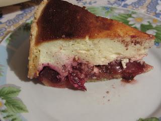 кусочек пирога со сливами и творогом
