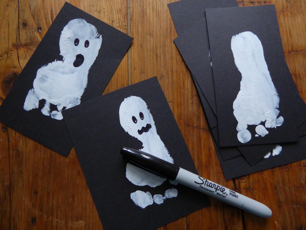 DIY: Halloween Footprint Ghosts - Party invitation idea