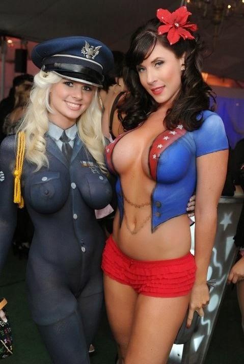 body paint de 2 jeunes femmes, une policière et une avec une fleur dans les cheveux