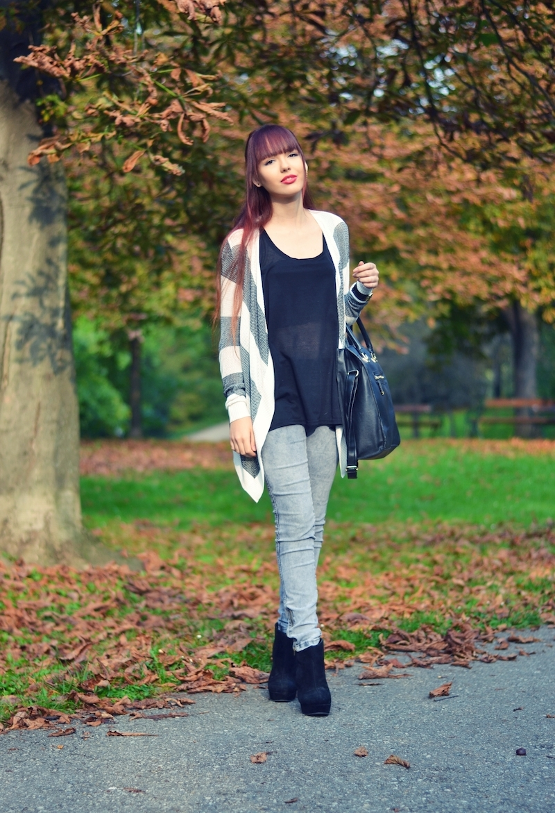 Herbst_Outfit_lange_rote_Haare_gestreifter_Cardigan