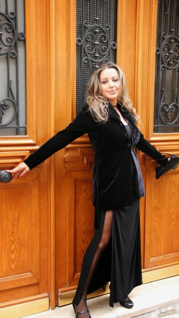 Atriz e apresentadora Cris Lopes posa em Paris ao estilo Rita Hayworth