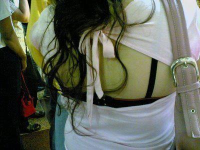 Parah, Cewek Jaman Sekarang Suka Pamer BH Dibalik Baju..
