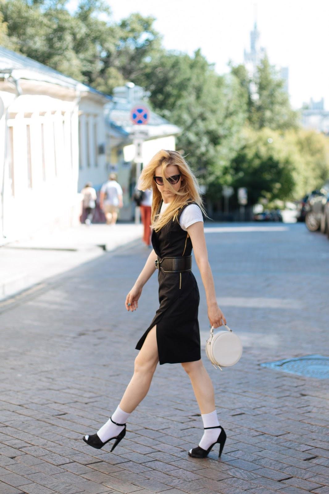 городской лук, модный лук, платье жилет, носки с босоножками