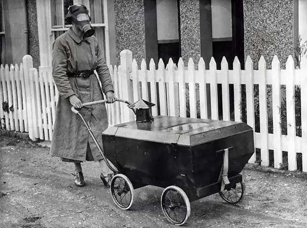 Женщина с устойчивой к газу детской коляской, Англия, 1938 г.