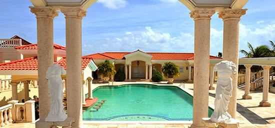 The pool of this beautiful luxury home for sale in Aruba