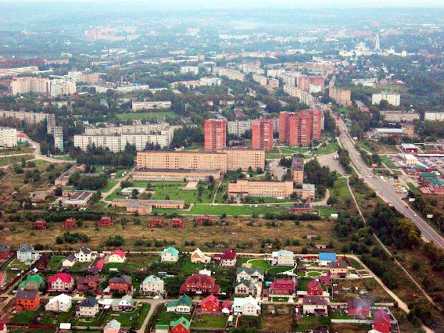 Жёлтые корпуса в центре – Районная больница, где ведёт борьбу за жизнь Андрей Дольников. Фото: sergiev.ru