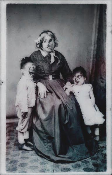 foto antigua de mujer con dos niños