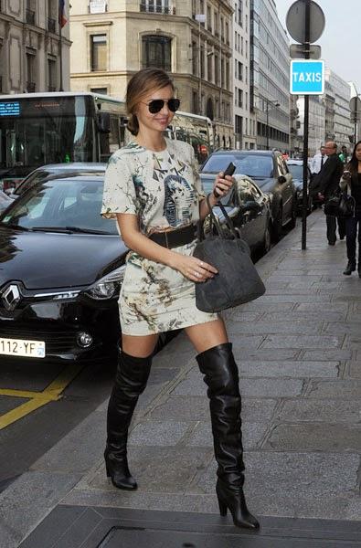 Miranda Kerr con botas mosqueteras negras de tacón