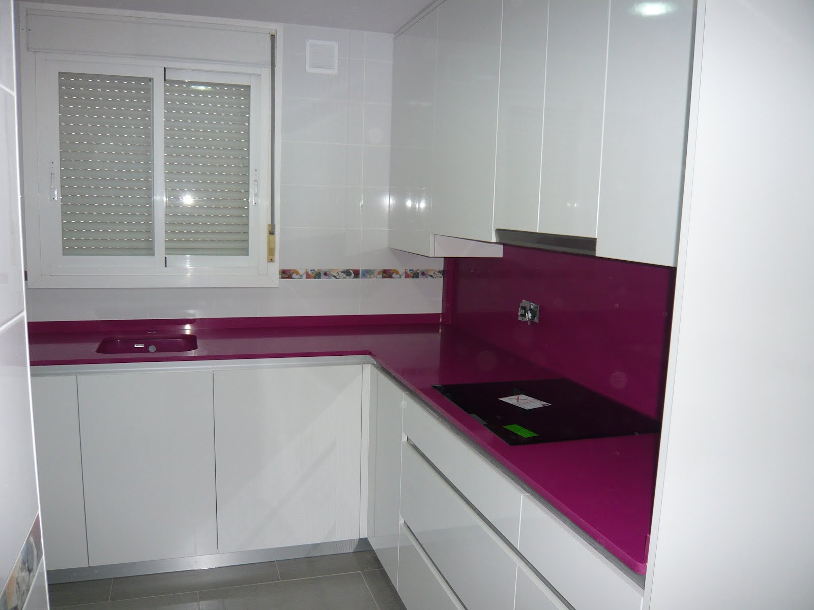 Reuscuina muebles de cocina con gola integrado y luces for Muebles altos de cocina