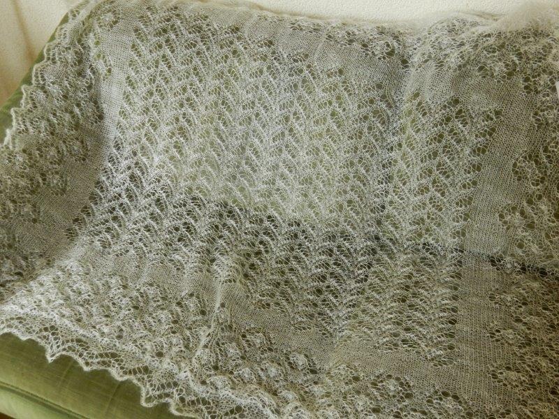 TE KOOP: 140x130 cm:vierkante ecrukl. bruidssjaal.