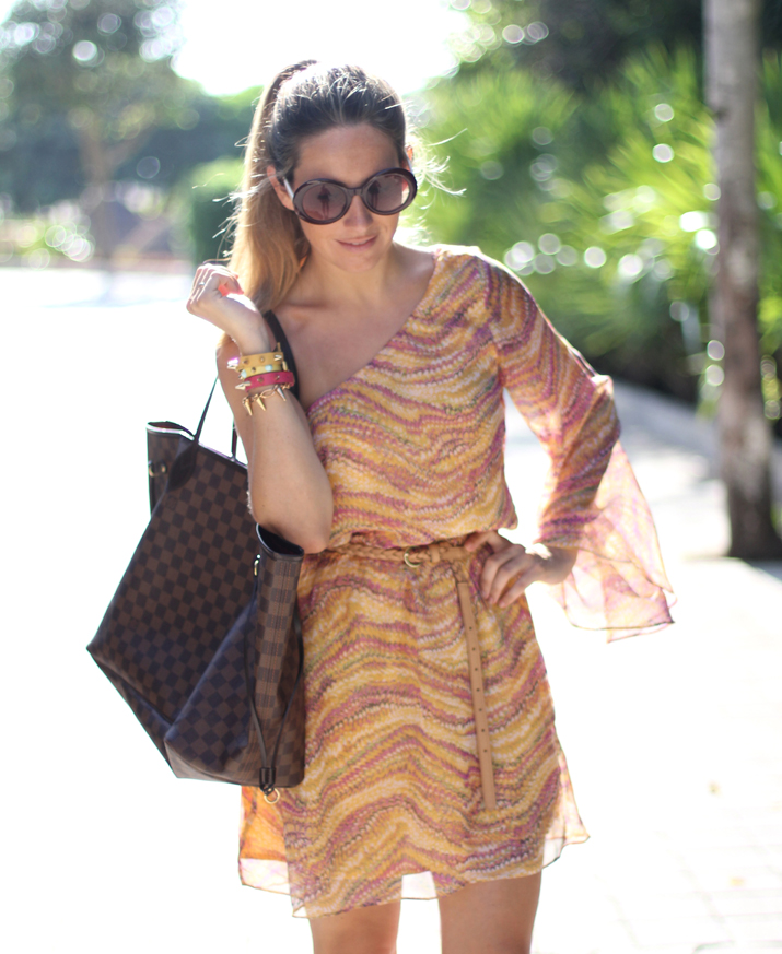 Idea de outfit de verano con vestido asimétrico corto en blog de moda de México