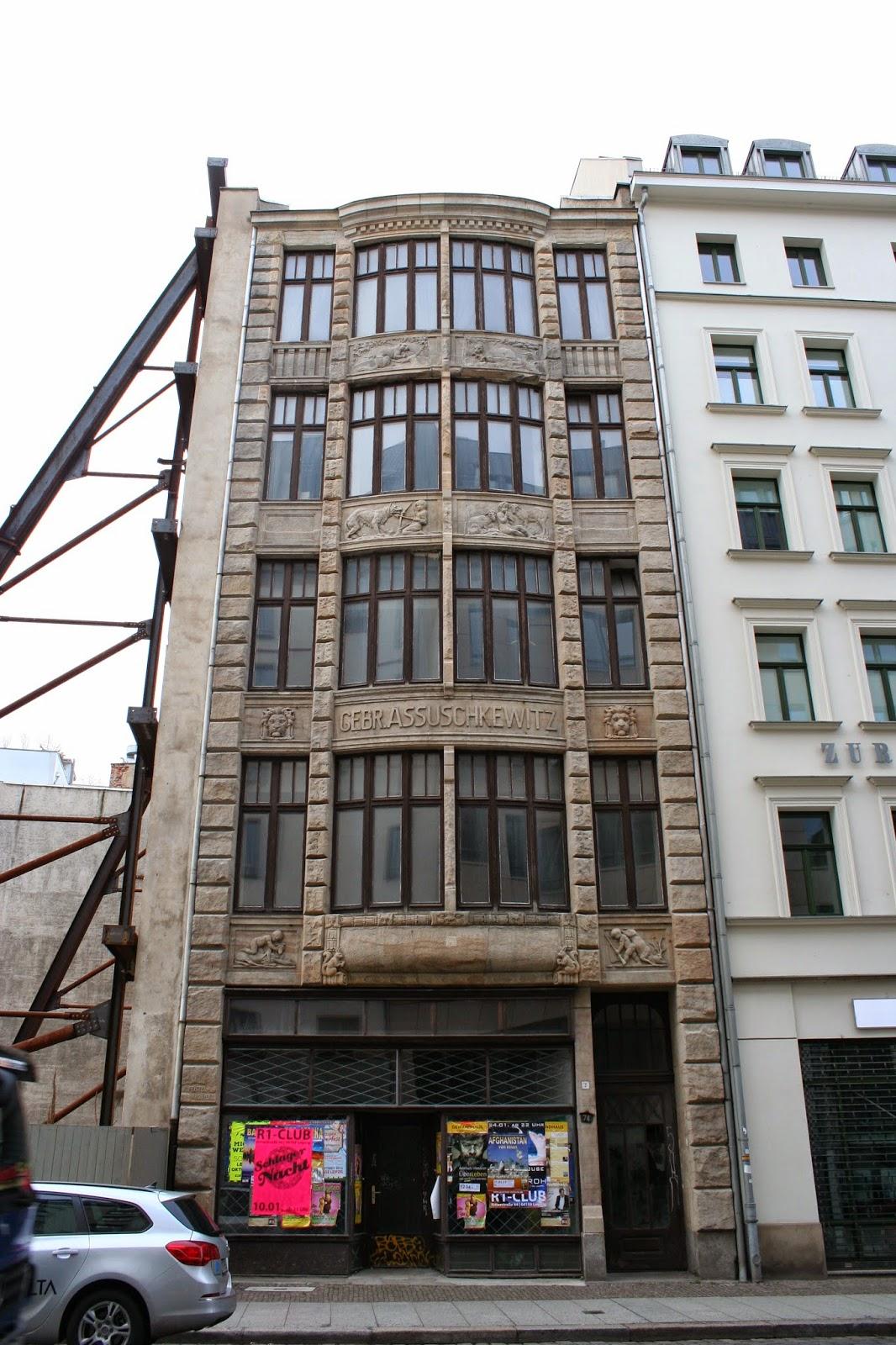 """Das ehemalige Geschäftshaus der Gebrüder Assuschkewitz am Brühl 74 in der Innenstadt wurde laut Wikipedias """"Liste der Kulturdenkmäler"""" so gegen 1909/1910 erbaut"""