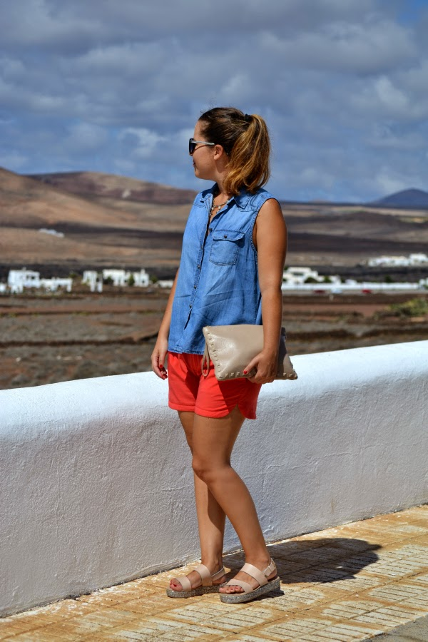 look_outfit_camisa_vaquera_sandalias_glitter_cuñas_short_coral_03