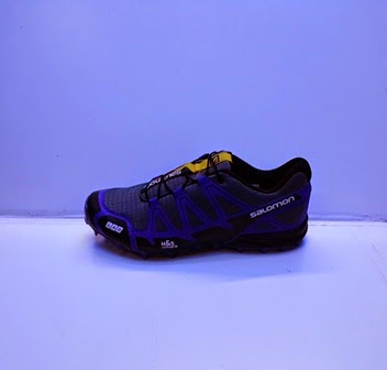 Sepatu Salomon warna hitam