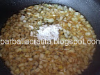 Ostropel de pui preparare reteta - amestecam faina cu ceapa
