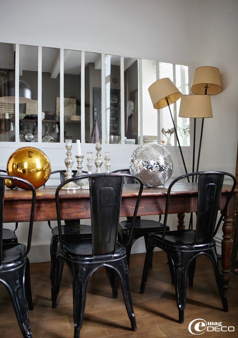 Chaises Tolix chinées à l'Isle-sur-la-Sorgue autour d'une table à pieds bistro Louis Philippe