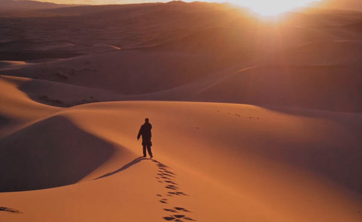 http://4.bp.blogspot.com/-BVovSQOpI5o/UKAdkeRYxoI/AAAAAAAAApI/qzqPsvvHMh8/s1600/person-walking-in-the-desert.jpg