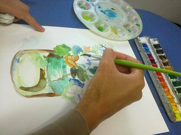 pintando con acuarela flores en un tarro de cristal