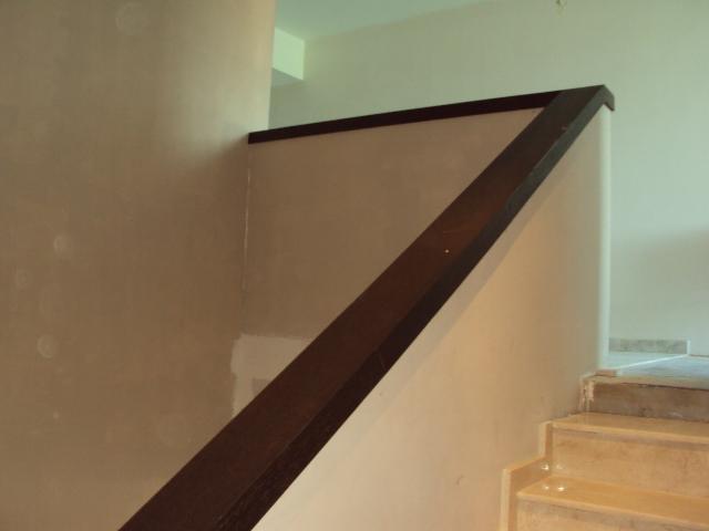 Instalacion de pasamanos en madera escalera lobby for Pasamanos de escaleras de madera