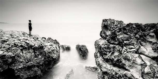 O Homem e o Oceano - fotografia a preto e branco de Martin Stavars