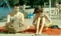 طريقه التخلص من النساء المزعجات علي الشاطئ .. شاهد بالفيديو