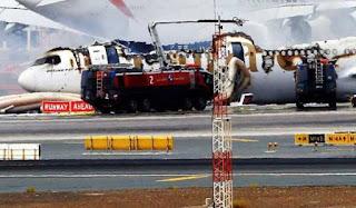 Emirates mendarat cemas dan terbakar : Seorang anggota bomba maut ketika padam kebakaran
