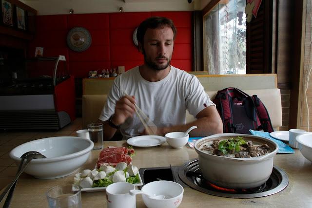 Típico potaje chino cocinado en la mesa.