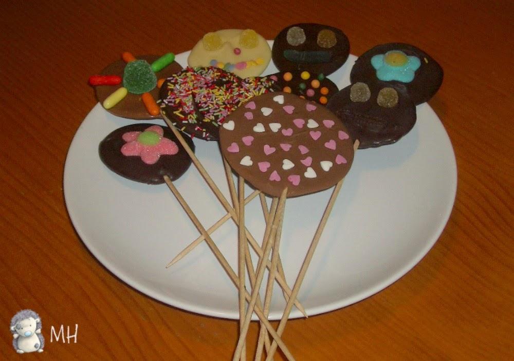 Piruletas de chocolate con gominolas