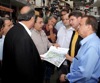 Vice-governador Pezão e prefeito Arlei na Rua Nossa Senhora das Graças, no Espanhol: o bairro receberá obra de contenção orçada em R$ 51 milhões