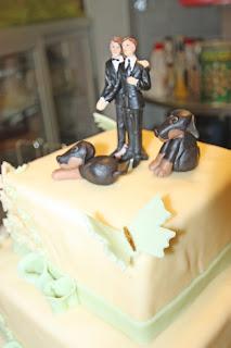 Cake Topper mit zwei Bräutigammen und zwei Hunden