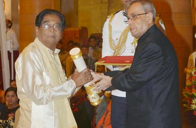 Dr Lakshmi Nandan Bora receiving the Padma Shri award from President Pranab Mukherjee