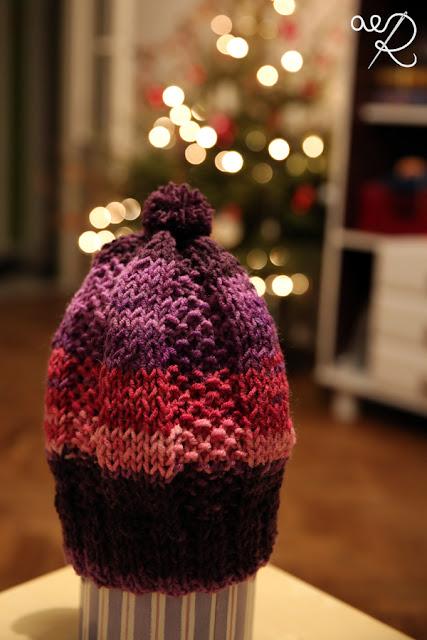 czapka na drutach z lewej strony