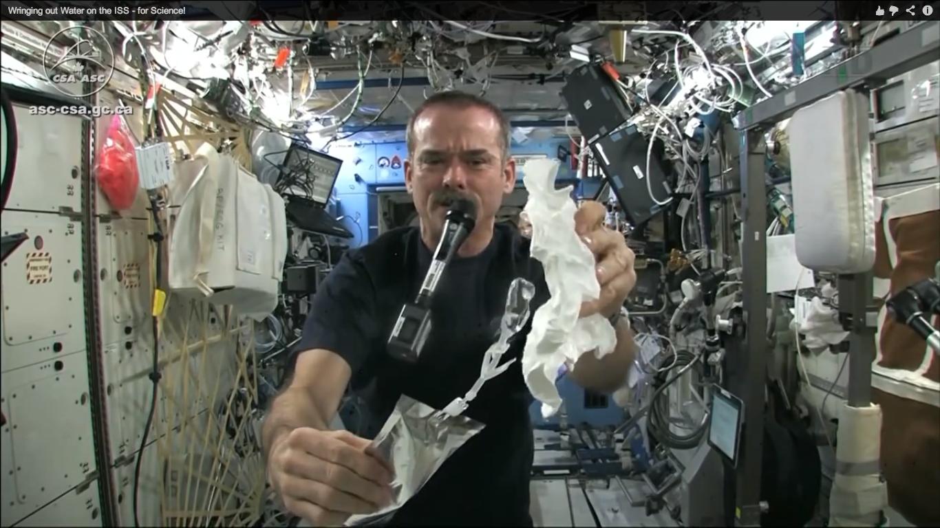 宇宙 水 タオル 絞る